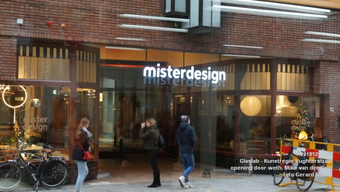 DSC06309- Glaslab opening door wethouder Mike van der Geld - Kunstregie Vughterstraat - 15dec2018 -  foto GerardMontE web